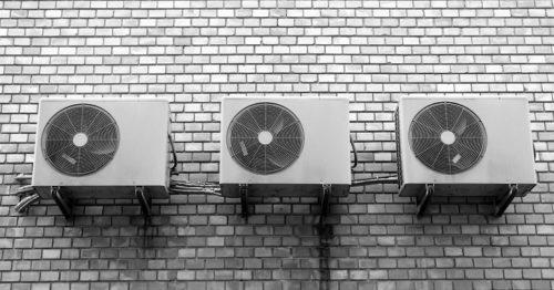 ビルの壁面に設置された室外機