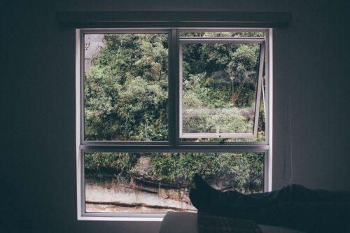 少し開いた窓