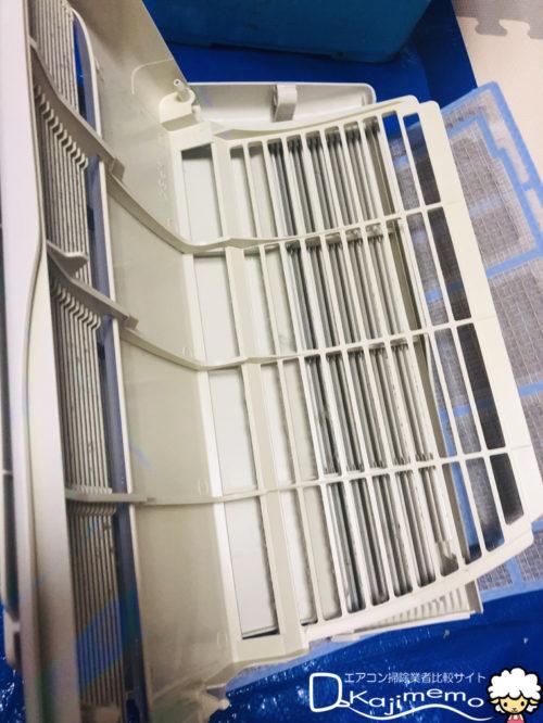 エアコンクリーニング体験談:エアコン分解ホコリ