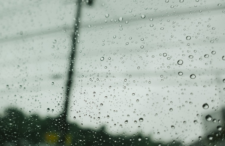 雨の日窓につく水滴