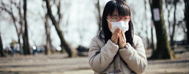 花粉対策する女の子
