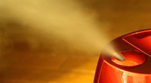 蒸気を吹き出す加湿器